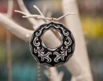 Vintage Black and White Etched Round Pendant chr105A