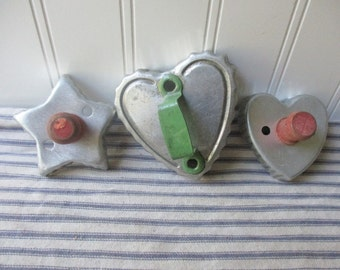 3 vintage cookie cutters heart and star cooky cutters red and green knobs handles scalloped edges Farmhouse kitchen