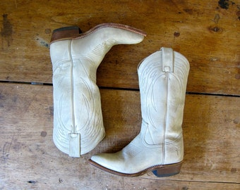 White Leather FRYE Cowgirl Boots 90s Pull Up Antiqued Off White Pointed Toe Boots Hipster Cowboy Boots Chunky Stacked Heels Boho Boots 6 6.5