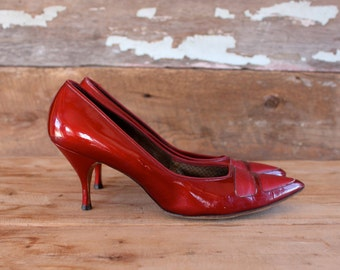 1960s shoes / size 8 - 8.5 / 1960s red patent stilettos by Air Step / 1960s brown leather heels