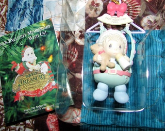 PRECIOUS MOMENTS Christmas Ornament Baby's First Christmas 1995 Mint In Box