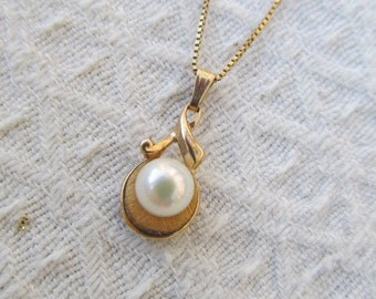 Vintage 14k Yellow Gold White Pearl Pendant Necklace
