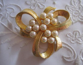 Vintage Gold Tone Ribbon and Bow Brooch with Medium Faux Pearls