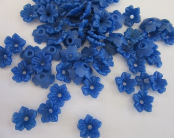 100 plastic FLOWERS in 14mm , VIBRANT BLUE,  hardflower beads,  hole in middle, jewelry supply, Flowers, craft supplies