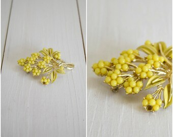 Vintage yellow floral cluster and gold pin / bohemian brooch