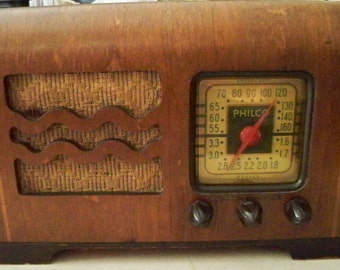 Vintage 1940's Philco Wooden  AM/Police Bands Tube Radio