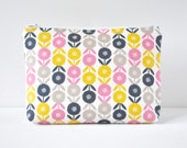 Woman's padded travel make up pouch little retro vintage 50s style daisy print in candy pink,grey and navy blue in large.