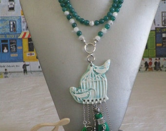 """Ravissant collier plastron en perles de verre  et médaillon céramique """"Ouvrez la cage aux oiseaux"""""""