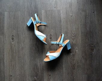 1960s heeled sandals . vintage 60s blue and white shoes