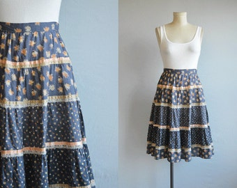 Vintage Gunne Sax Skirt / 1970s Tiered Ruffled Prairie Skirt Floral Print with Ribbon and Lace Trim / Dusty Blue Patterned Skirt
