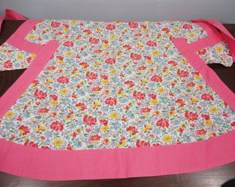 Vintage 30's Feed Sack Apron - Floral Print with Pink Trim - All Cotton Cobbler Apron - Pockets