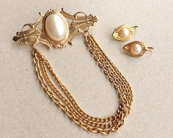 80s vintage art nouveau inspired gold tone metal bar and chain brooch with white pearlized cabochon and matching pierced earrings