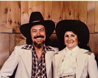 A 8x10 Color Photograph with autograph of Bill Owens and Kathy Owens,