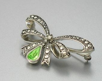 Vintage AVON August 'Birthstone Bow' Brooch (1994). Faux Marcasite Green Rhinestone. Vintage Avon Jewelry. Vintage Bow Brooch