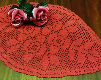 Lovely small well done vintage 1970s spole-formed hand-chrochet rustyred cotton yarn rose flower motive tablet tablecloth