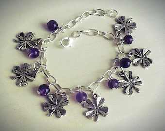 lucky bracelet with 7 amethyst beads and 7 lucky clovers
