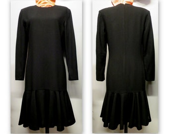 Style Charleston, long sleeve black dress