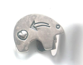 Vintage Native American sterling silver bear ring, signed by artist Susan Willias