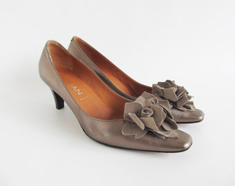Vintage • Pumps • Leather Pumps • Big Flower Pumps • High Heels • Women's Shoes • Ladies Italian Shoes • Shoes • US 9,5 • UK 7 • EU 40.5