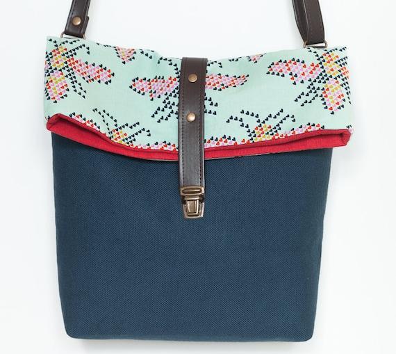 Bolso de bandolera azul, bolso ajustable, bolso hecho a mano, tela de melody miller, bolso mediano, bolso filobianco, tela abejas