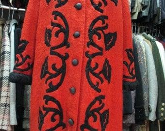 SOLD.Cappa anni 50  corallo.Bouclè di lana con decorazioni floreali nere/50s taylored bouclè coral coat/Flowery black velvet trimmings