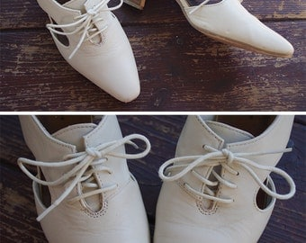 Eggshell White 1980's Vintage Cream Lace Up Shoes with Side Cut Outs // size 7 M // by ELLEMENNO