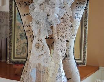 Shabby chic scarf lagen look reconstructed Mori girl vintage lace doilies