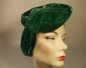 Far Too Important for Small Talk - Vintage 1930's Emerald Green Silk Velvet Side Pancake Turban Hat