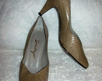 Vintage 1970s Ladies Taupe Beige Snakeskin Pumps by Accent Shoes Size 7 B/AA Only 6 USD