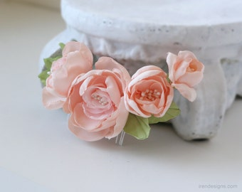 Vintage inspired hair comb with peach colored flowers. Hair flowers.