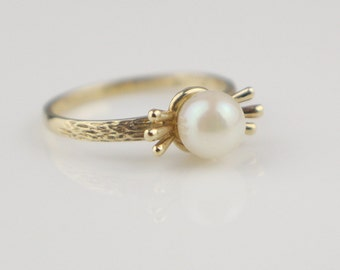 Hallmarked 1960s 9ct Gold Cultured Pearl Ladies Ring with Modern Shape Size UK M 1/2 and US 6.50