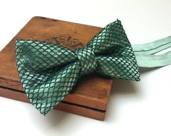 Luxurious Emerald Green Bow Tie. Bow tie for men. Pre-tied bow tie. Emerald green. Wedding bow tie. Dark green bow tie
