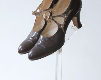 vintage 1920s shoes <> late 1920s/early 1930s shoes <> 1920s Mary Jane style leather shoes with reptile look straps