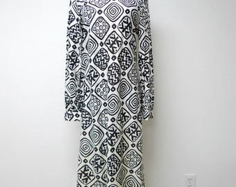 60s 70s black and white long sleeve shift dress . fits a small to medium