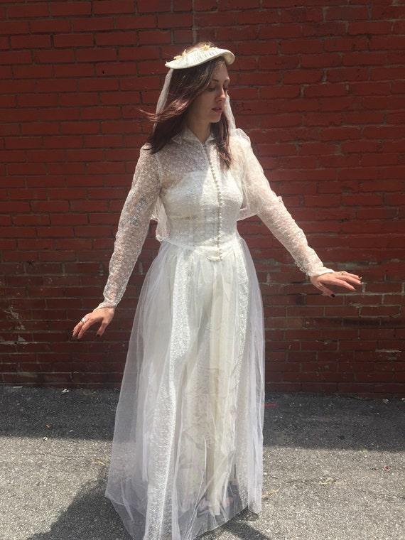 Vintage Satin and Lace sweetheart style Wedding Dress with veil size 6