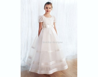 Communion dress in white with delicate guipure