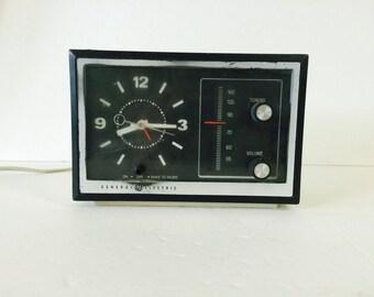 Vintage Retro GE Analog Alarm Clock Radio