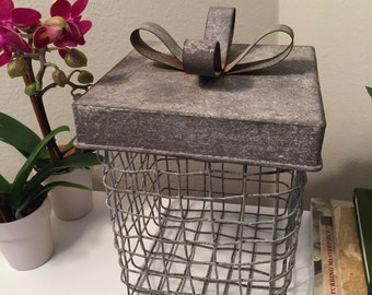 Metal wire basket with lid