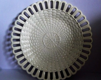 """Early Wedgwood Creamware Basket Weave Design Reticulated 8 3/8"""" / 21.7 cm Plate - VGC"""