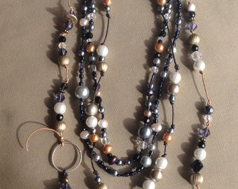 Leather and stringbeaded necklace.