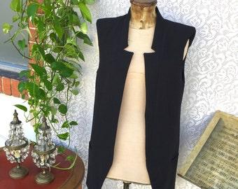 Black vest, ultramodern fit! No bottons. Light fabric.