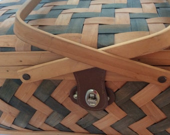 Split ash wood picnic basket in olive and natural with handles and leather. Retro ash wood picnic basket. Large picnic basket olive natural