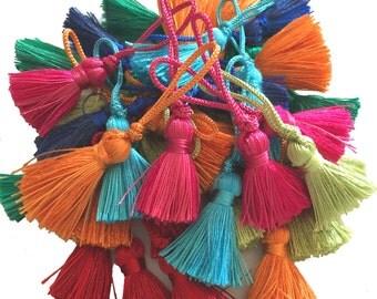 Colored tassels cord acrylic, length 3 cm .