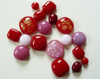 18 glass cabochons, fused glass in various pinks & reds, for jewellery making and crafts.
