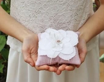 Coussin d'alliances en tissu gaufré rose et fleur pétale blanche, mariage romantique, porte alliance fleur, fleur mariage, alliance