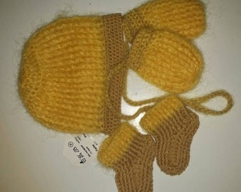Baby set hat, mittens and booties.