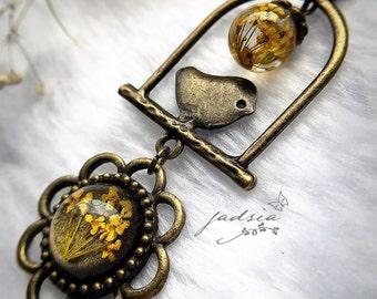 Queen Anne's Lace,dried flower resin necklace,glitter antique bronze resin jewelry,antique bronze chain necklace,bird-flower charm,vintage
