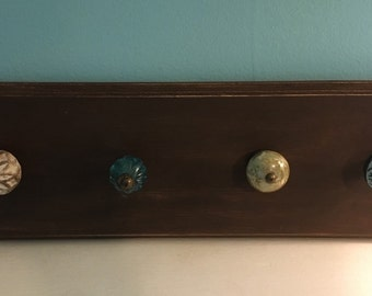 Vintage style wall plaque w 4 knobs