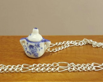 Necklace with miniature jug in white/blue