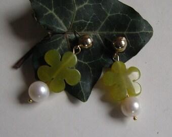 Ear plug - beautiful Peridot real pearls